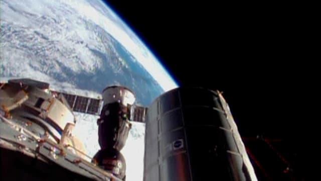 Eine Sojus-Kapsel dockt an die Internationale Raumfahrtstation an im November 2013.