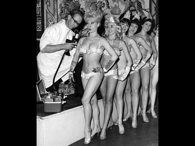 Die Showgirls des Windmill Theaters erhalten 1963 eine Grippeimpfung verabreicht