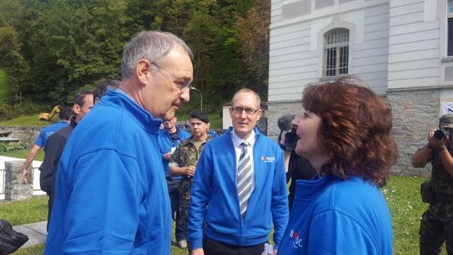 Cusseglier federal Guy Parmelin en discurs cun la presidenta da la Bregaglia Anna Giacometti.