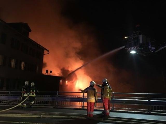 Auf dem Brandplatz in Thusis: die Feuerwehr hat alle Hände voll zu tun.