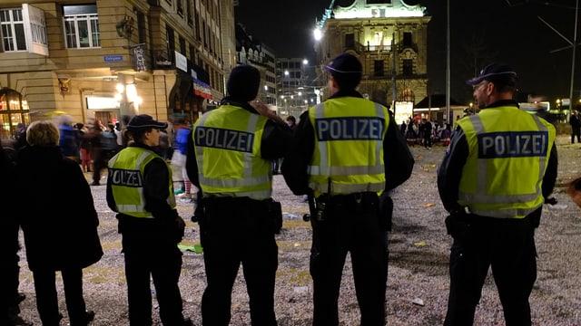 Vier Polizisten am Strassenrand