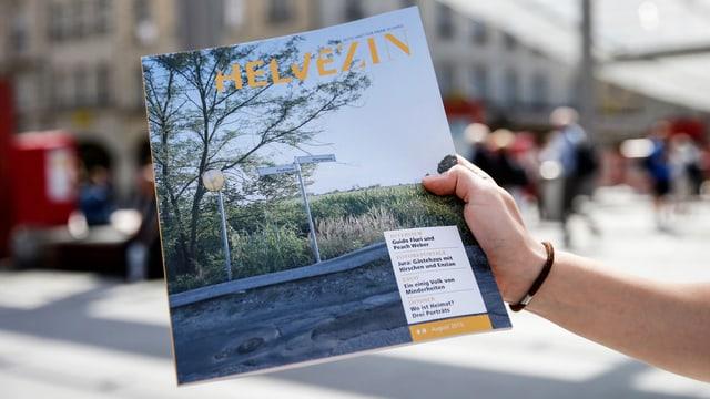 Eine Hand hält ein Magazin.