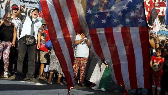 Bei Kundgebung 2015 in Caracas verbrennen Maduro-Anhänger eine US-Flagge.