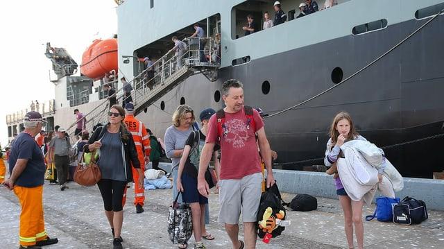 Eine evakuierte Familie verlässt das Marineschiff.
