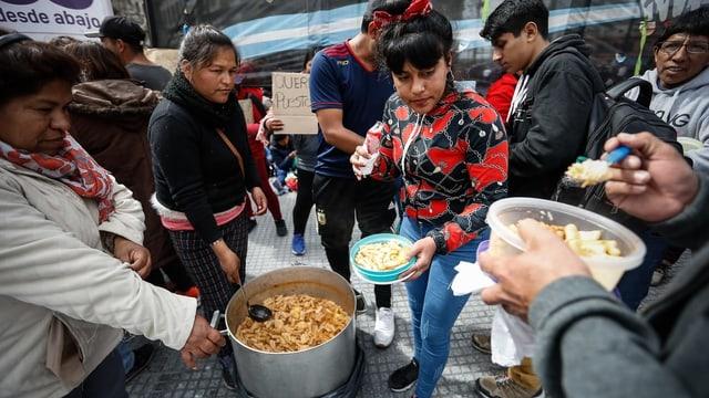 Auf den Strassen von Buenos Aires wird Suppe verteilt.