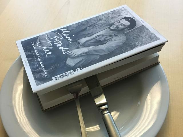Das Buch «Mein Bruder Che» von Juan Martin Guevara liegt auf einem weissen Teller, das Besteck steckt mitten drin