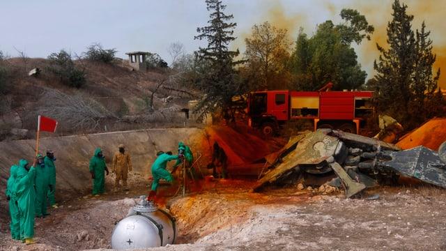 Libysche Experten entsorgen Chemikalien unter der Aufsicht der UNO.