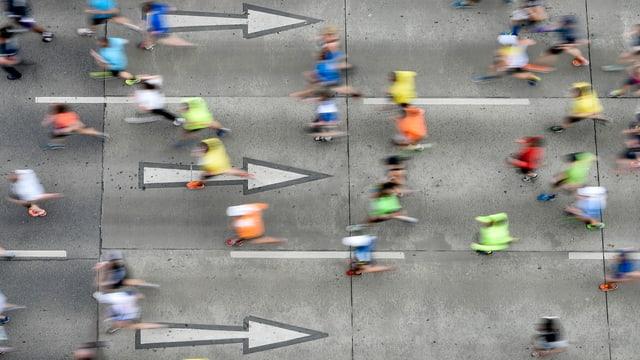Von oben fotografierte Marathon-Läufer auf den Strassen Wiens.