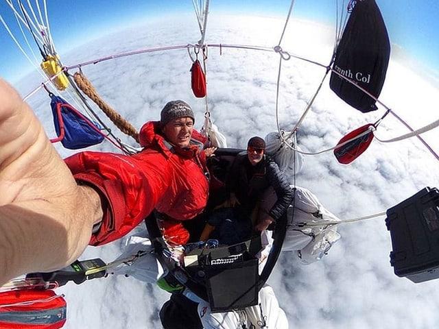 Piloten im Ballonkorb über den Wolken.