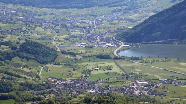 Luftaufnahme des Talkessels von Schwyz.