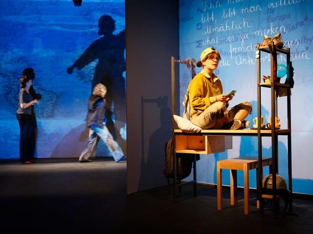 Szenenbild: Schauspielerin als Kind auf einem Bettgestell
