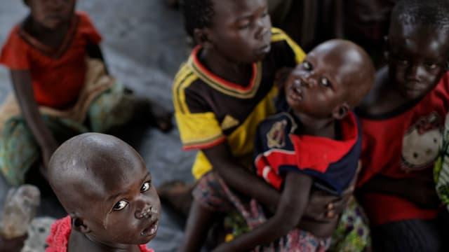 Tausende Menschen – darunter viele Kinder suchen in Flüchtlingslagern in Uganda Schutz vor dem Bürgerkrieg im Südsudan.