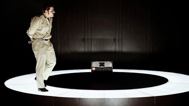 Ein Schauspieler auf der Bühne.