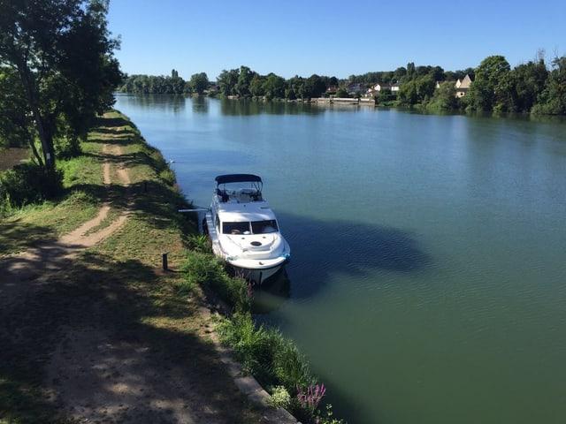 Fluss mit dem Boot.