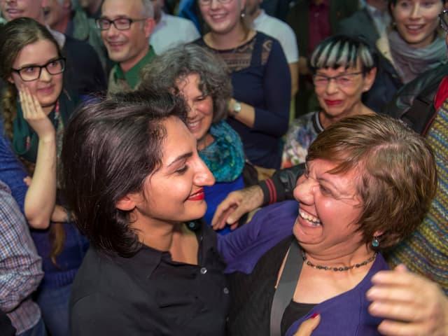 Sibel Arslan feiert am Wahltag im Basler Kongresszentrum.