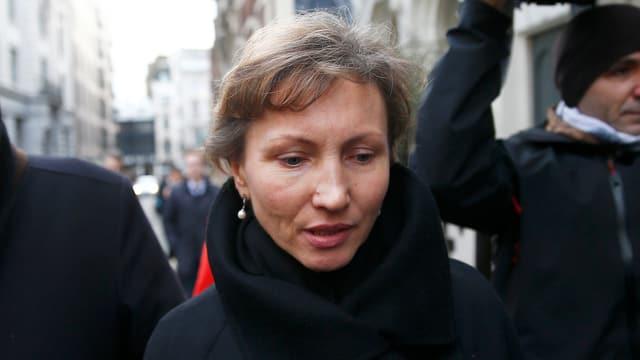 Marina Litwinenko auf dem Weg ins Gericht