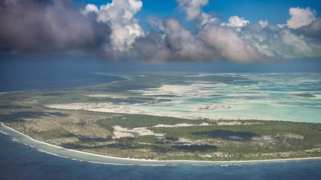 Das Territorium der Republik Kiribati erstreckt sich über eine Vielzahl von Inseln Mikronesiens und Polynesiens.