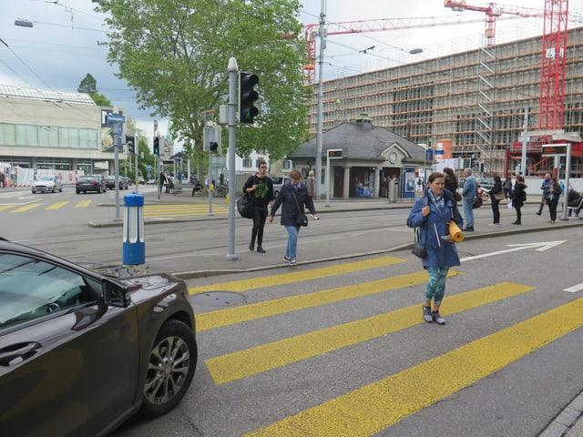 Fussgänger unterwegs auf dem Heimplatz.