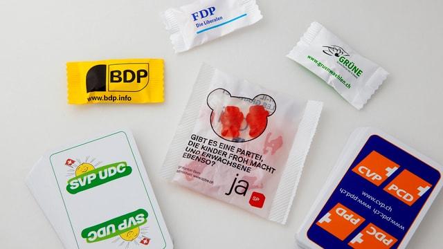 Werbeartikel von verschiedenen Parteien liegen auf einem Tisch.