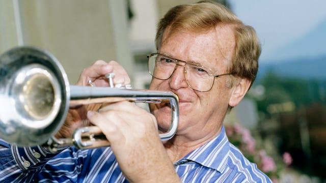 Osterwald bläst in seine Trompete.