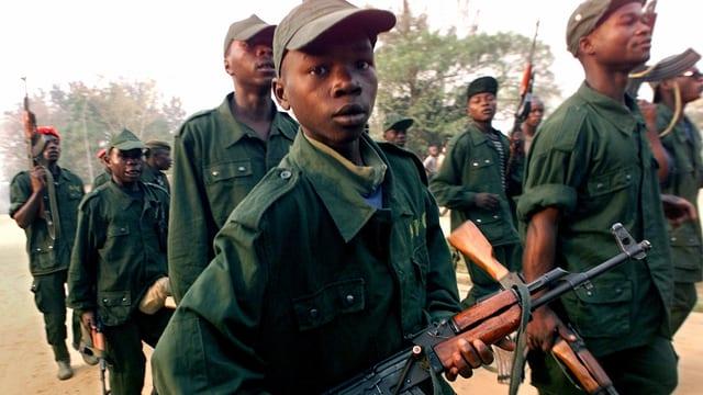 Ein Kindersoldat im Dienste kongolesischer Rebellen