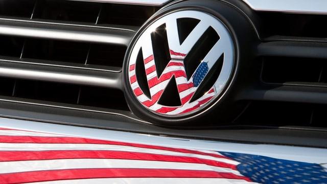 Eine US-Flagge und ein VW-Zeichen.
