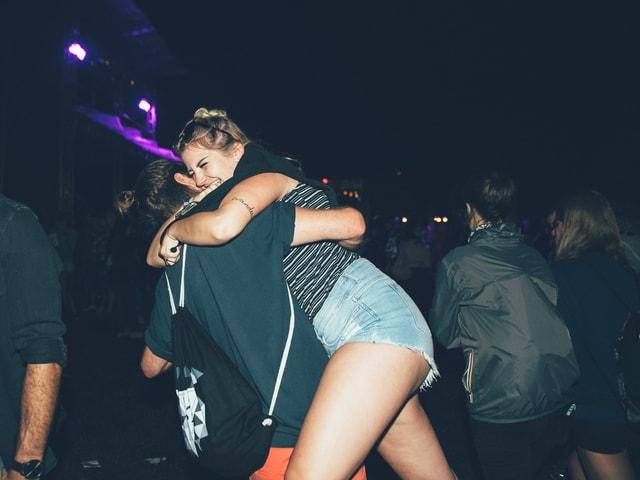 Festivalbesucher, die sich umarmen