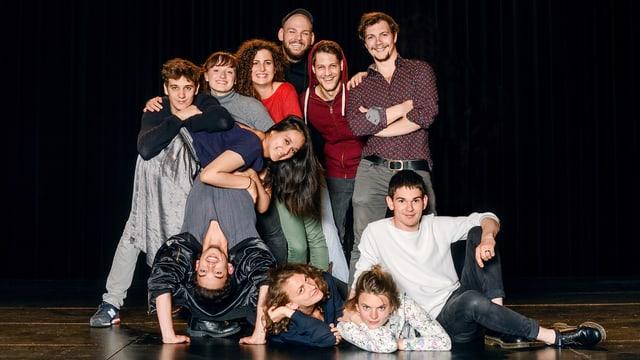 Alle elf Schauspielschüler blicken in die Kamera.