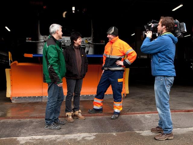 Adrian Herzog bespricht sich mit Mitarbeitern.