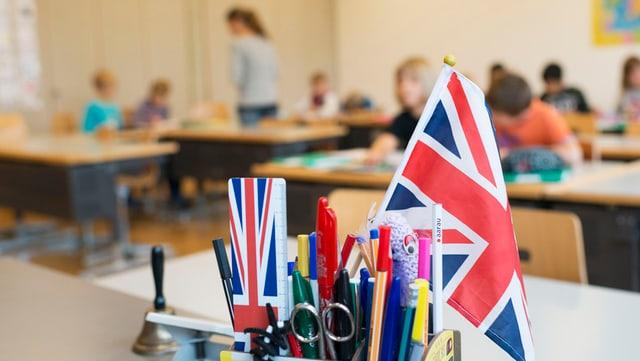Britisches Fähnchen auf einem Lehrerpult in einem Schulzimmer.