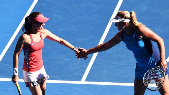Martina Hingis e sia partenaria en il dubel Coco Vandeweghe.