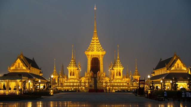 Goldene Tempelbauten im Dämmerlicht.