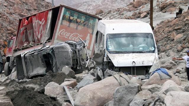 Blers tschancuns da la via da Lima en il center dal pajais eran bloccadas: Autos èn vegnidas sutterrads da bovas.