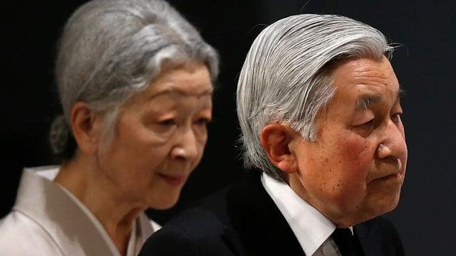 Akihito e Michiko tar la commemoraziun.