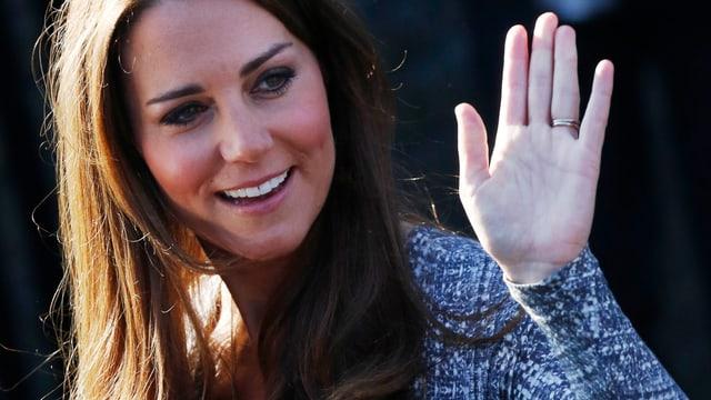 Kate Middleton, Ehefrau des englischen Prinz William, winkt in die Kamera.