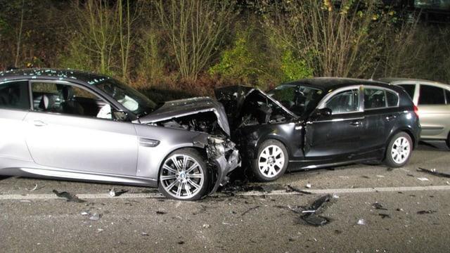 Zwei Unfallautos nach frontalem Crash