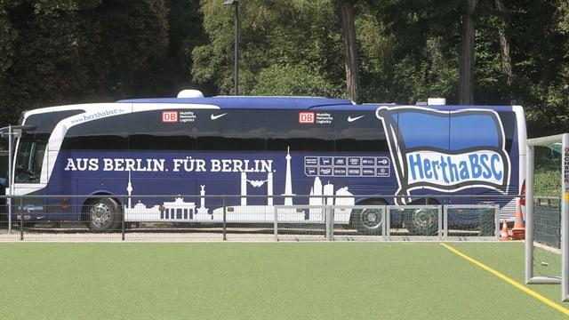 Die Polizei eskortiert den Hertha-Bus am Montag ins Bielefelder Stadion.