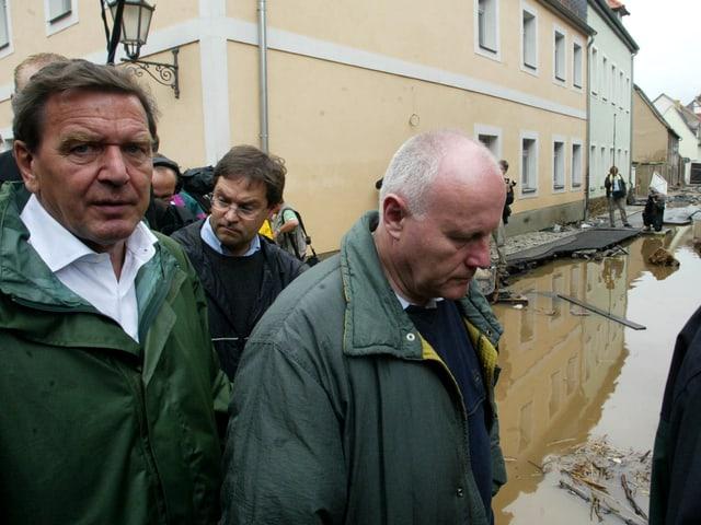 Schröder inmitten der Fluten.