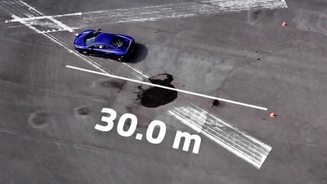 McLaren 650s steht auf dem Rollfeld. Eingezeichnet ist der Bremsweg von 30 Metern.