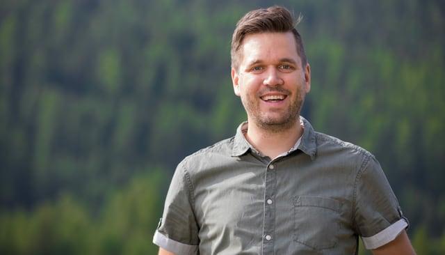 Gastgeber Sebastian Schmid blickt in die Kamera