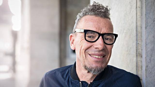 Skandal-Autor Tom Kummer mit dicker Brille und Bomberjacke.