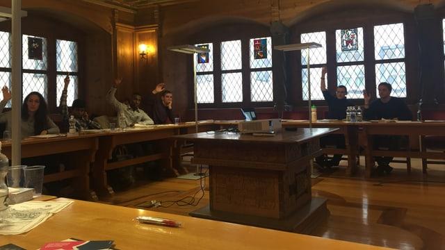 Ina votaziun en il parlament da giuventetgna da la citad da Cuira.