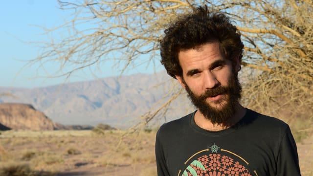 Ophier Kutiel steht in der Wüste.