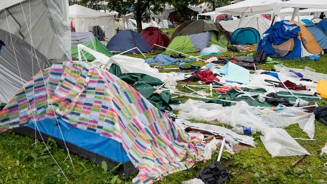 Zurückgelassene Zelte auf dem Open Air Gelände St. Gallen