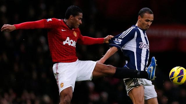 Manchester United (hier Valencia) setzte sich gegen West Bromwich (Odemwingie) durch.