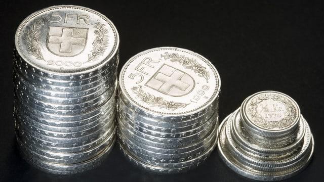 Münzen aufeinandergeschichtet.