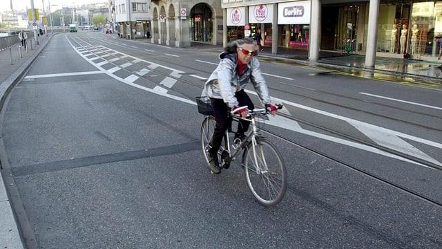 Eine Velofahrerin fährt über den Limmatquai