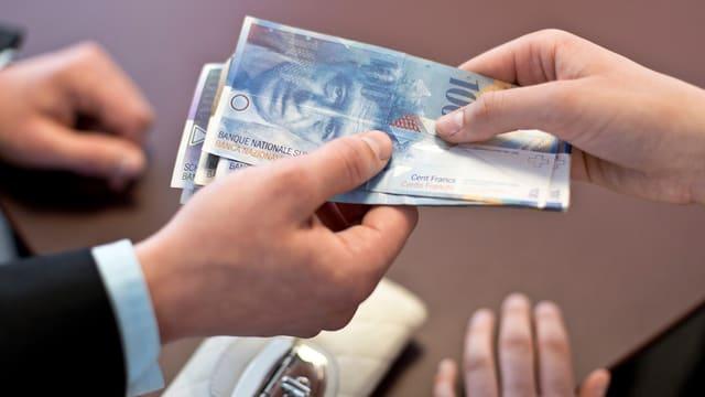 Symbolbild: Geldnoten wechseln die Hände.