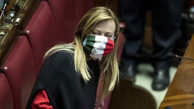 Giorgia Meloni trägt eine Gesichtsmaske