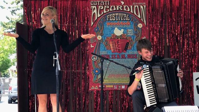 Ein Akkordeonist und eine Sängerin auf der Bühne